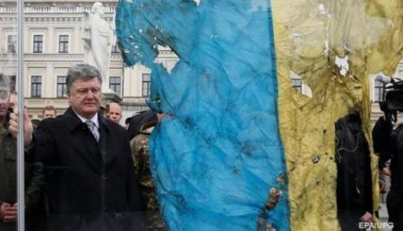 Свирепый сепаратист: наУкраине пьяный «спрезрением» осквернил сразу семь государственных флагов