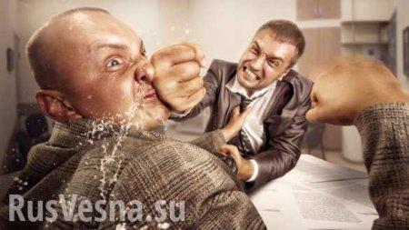 Адвокаты Януковича штурмом взяли залсуда (ВИДЕО)