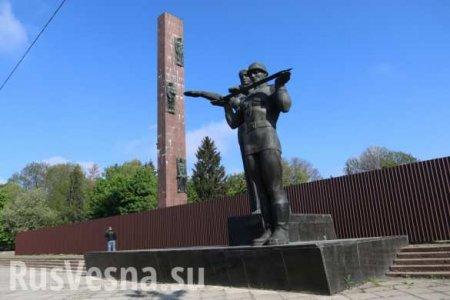 С третьей попытки: Во Львове снесли Монумент славы (ФОТО, ВИДЕО)