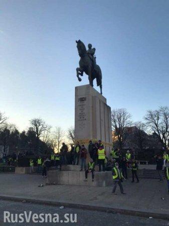 Ополченец из ЛНР побывал на акции «Жёлтых жилетов» в Париже (ФОТО)