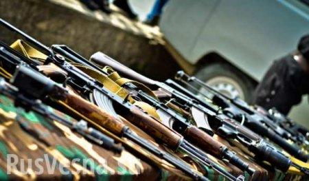 Жители ЛНР и ДНР сдают в полицию множество оружия и боеприпасов