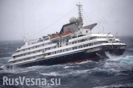У круизного лайнера в шторм отказали двигатели: 1300 человек срочно эвакуируют вертолётами (ФОТО, ВИДЕО)