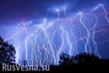 Знамение: ВХарькове молния срезала украинский флаг намонументе Воину-освободителю (ФОТО)