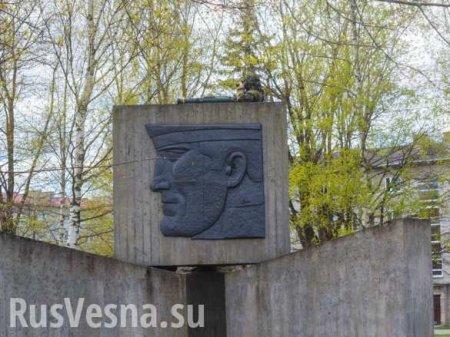 Запредельное свинство: солдат НАТО с гранатомётом залез на памятник советским воинам в Эстонии (ФОТО)