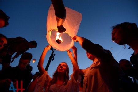 Жители ДНР и России запустили в небо более 2000 фонариков в знак памяти о погибших детях Донбасса (ФОТО)