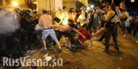 Бунт вГрузии: десятки пострадавших, журналист лишился глаза, протестующие возводят баррикады (ВИДЕО)