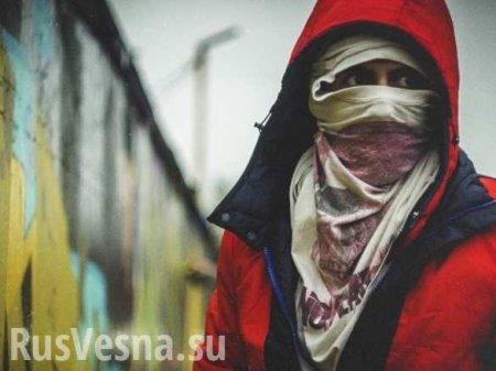 Партизаны облили красной краской памятный знак фашистских прихвостней вХарькове (ФОТО)