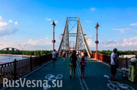 В Киеве обрушилась часть пешеходного моста (+ВИДЕО)