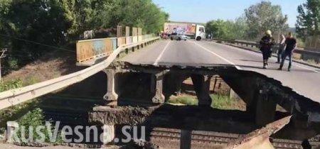 В Сети появились кадры обрушения автомобильного моста в Харькове (ВИДЕО)