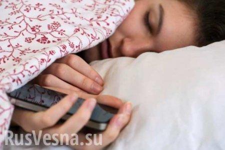 Девушка умерла из-за смартфона в постели: что об этом известно