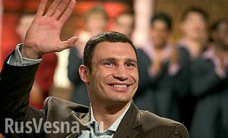 Выхватил телефон иударил — Кличко напал на журналиста (ВИДЕО)