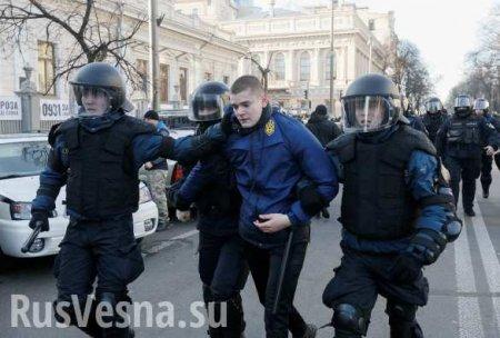 В Киеве полиция поставила на колени нацистов, пытавшихся сорвать лекцию рос ...
