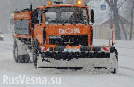 «Увидел снег и не смог удержаться»: вКиеве снегоуборочная машина снесла кр ...