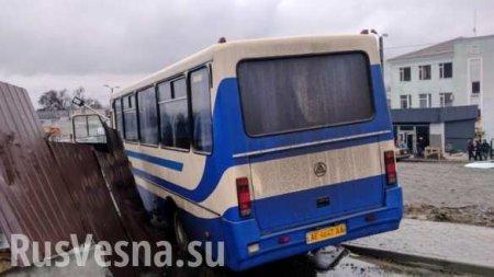 Жуткое ДТП: Водитель автобуса сдетьми умер зарулём (ФОТО, ВИДЕО 18+)