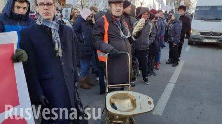 «Слугам народа» принесли золотой унитаз: протесты у Рады и Офиса Зеленского (ФОТО, ВИДЕО)