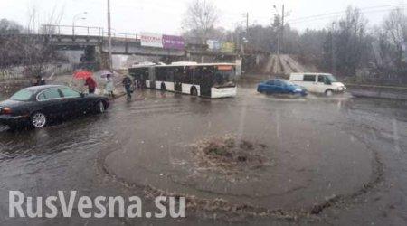 Потоп в Киеве: у метро «Сырец» из-под земли забил гейзер (ФОТО, ВИДЕО)