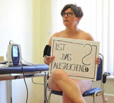 Немецкие врачи фотографируются голыми взнак протеста (ФОТО)