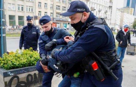 В Польше вспыхнули массовые протесты против карантина, полиция применила сп ...
