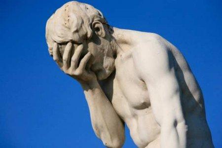 Премия Дарвина: участник афромайдана опрокинул на себя статую и впал в кому ...