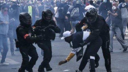Французский полицейский спецназ забили камнями и бутылками в самом центре П ...