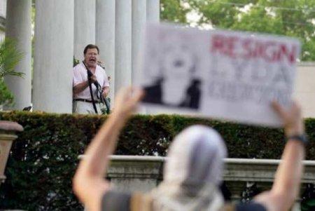 США: Белая пара соружием защищала свой домотактивистов Black Lives Matter (ФОТО, ВИДЕО)