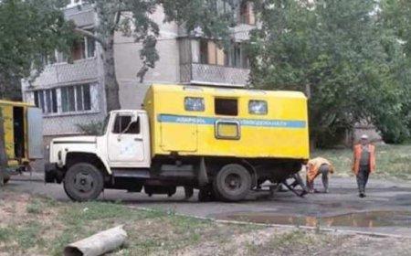 ВКиеве грузовик водоканала приехал навызов, носампровалился вяму(ФОТО)