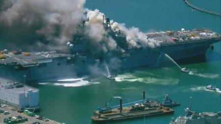 На десантном корабле ВМС США третий день не могут потушить пожар (ВИДЕО)