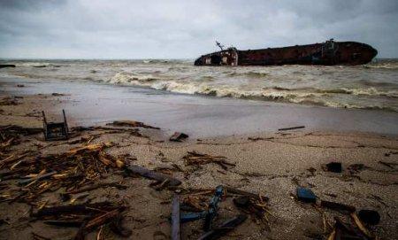 Огромный объём топлива сзатонувшего подОдессой танкера попал вЧёрное мор ...