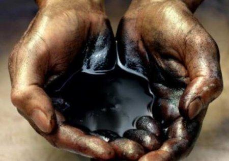 ВОдессе иззатонувшего танкера снова вытекли нефтепродукты