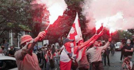 У посольства Белоруссии в Киеве протестующие перекрыли дорогу и жгут дымовые шашки (ФОТО, ВИДЕО)