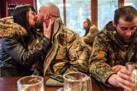 Это Украина: пьяный «всушник» терроризировал посетителей бара (ФОТО)