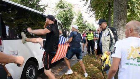 Шокирующие кадры из «демократического рая»: полиция избивала женщин за антикоронавирусный протест в Гааге (ВИДЕО)