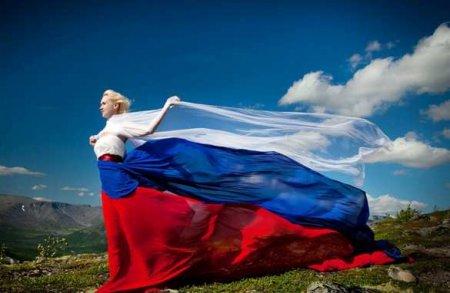 Гигантский российский флаг внебе надПодмосковьем — опубликованы потрясающие кадры (ВИДЕО)