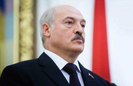 Лукашенко вновь сняли у резиденции с автоматом в руках (ФОТО)