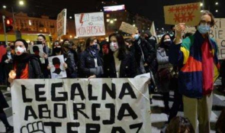 «Это война, уё…!» — Польшу сотрясают многомиллионные протесты под матерным девизом (ФОТО)