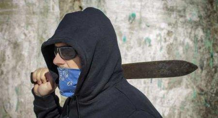 Мужчина с мачете всполошил улицы Парижа (ВИДЕО)