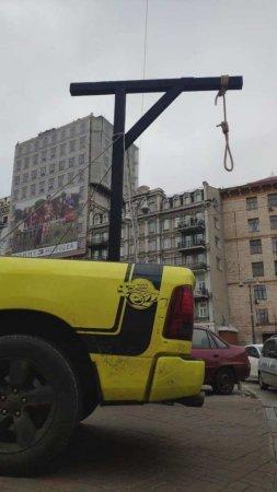 Главе Конституционного суда Украины везут виселицу (ФОТО)