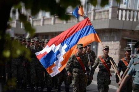 Армяне Карабаха увозят с собой останки своих родственников, покидая дома (Ф ...