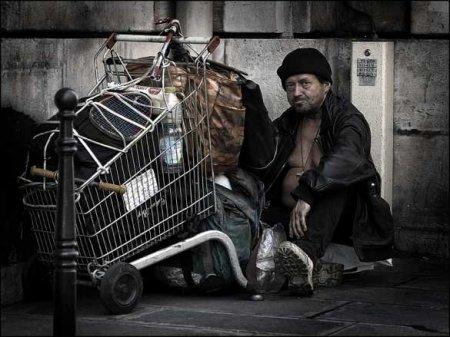Разрыв между бедными ибогатыми сократился из-за коронавируса,— Bloomberg