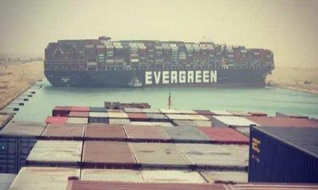 Гигантский контейнеровоз сел на мель и перекрыл движение по Суэцкому каналу ...