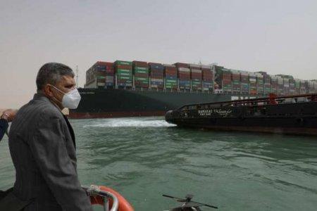 Операция в Суэцком канале: под севшим на мель гигантским контейнеровозом на ...