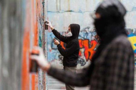 На оккупированной Киевом Луганщине залили краской памятник «АТОшникам» и написали на нём Ленин (ФОТО)