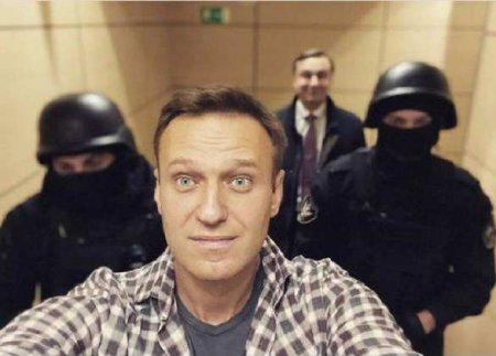 Навального переводят в больницу