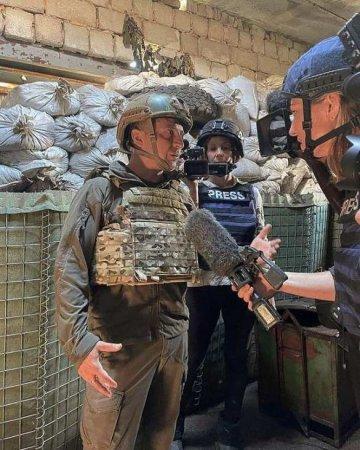 Знаменитая каска и бронежилет — всё на месте: Зеленский поговорил на Донбассе с американскими журналистами (ФОТО)