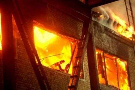 Чудесное спасение: мужчины забрались натретий этаж ивытаскивали детей изгорящей квартиры (ВИДЕО)