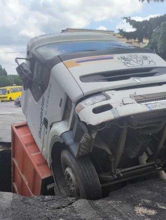Это Украина: грузовик ушёл под землю посамую кабину вЖитомире (ФОТО)