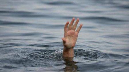 На Украине девушка чуть не утонула в яме на тротуаре (ВИДЕО)